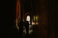 De donkere zaal van de Htilominlotempel in Bagan Stock Foto