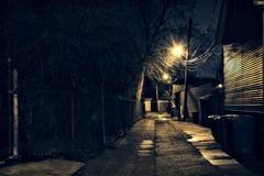 De donkere, zanderige en natte steeg van Chicago bij nacht na regen Royalty-vrije Stock Afbeelding