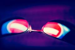 De donkere zonnebril met weerspiegeling van verbiedende verkeersteken tegen een computer tikt in dark in Stock Afbeeldingen