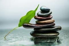 De donkere of zwarte rotsen op water, achtergrond voor kuuroord, ontspannen of wellnesstherapie Stock Foto