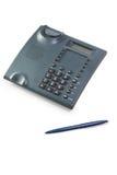 De donkergrijze telefoon en ballpen Royalty-vrije Stock Afbeeldingen