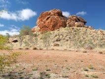De donkerrode vorming van de binnenlandrots dichtbij Alice Springs Stock Afbeeldingen