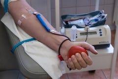 De donor ` s dient het proces van transfusie in Stock Afbeeldingen