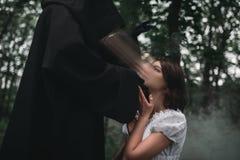 De dood neemt de ziel van jong vrouwelijk slachtoffer royalty-vrije stock fotografie