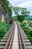 De Doodsspoorweg op de klip met Khwae Noi River Royalty-vrije Stock Afbeeldingen
