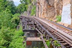 De Doodsspoorweg of de spoorweg Thailand-Birma bij de Wereldoorlog II zijn de spoorwegen werd gebouwd door de klip naast de berg Stock Foto's