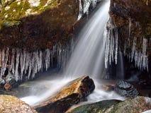 De dooi en de ijskegels van de de winterwaterval Royalty-vrije Stock Afbeeldingen