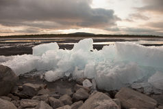 De dooi van het ijs op bank van meer Stock Foto's