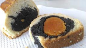 De dooier centreerde Rood Bean Paste Mooncake Royalty-vrije Stock Foto's