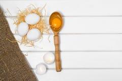 De dooier vrouwelijke hand van de eieren houten lepel Royalty-vrije Stock Foto