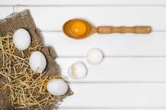 De dooier vrouwelijke hand van de eieren houten lepel Stock Fotografie