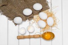 De dooier vrouwelijke hand van de eieren houten lepel Stock Foto's
