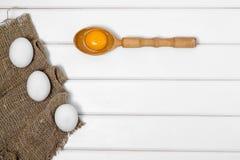 De dooier vrouwelijke hand van de eieren houten lepel Royalty-vrije Stock Afbeelding