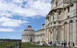 De Doopkapel en de Kathedraal van Pisa Stock Afbeelding