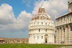 De Doopkapel en de Kathedraal in Piazza del Duomo in Pisa, Italië Stock Foto's