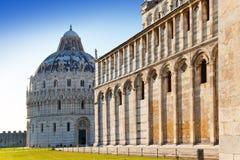De doopkapel in het Vierkant van de Kathedraal in Pisa, Italië Stock Fotografie