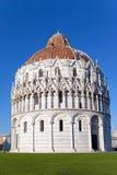 De doopkapel in het Vierkant van de Kathedraal in Pisa, Italië. Stock Fotografie
