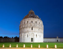 De Doopkapel van Pisa bij nacht Stock Afbeeldingen