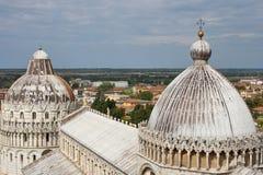 De Doopkapel van Pisa en de koepel van kathedraalduomo, Toscanië, Italië Stock Foto's