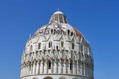 De Doopkapel van Pisa tegen blauwe hemel Royalty-vrije Stock Foto