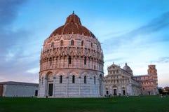 De doopkapel van Pisa van Heilige Jon, met Duomo en toren Royalty-vrije Stock Foto