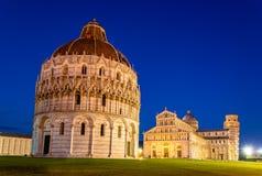 De Doopkapel van Pisa van St John in de avond Royalty-vrije Stock Foto's