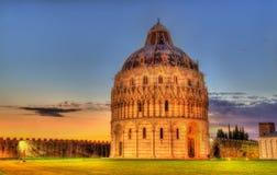 De Doopkapel van Pisa van St John in de avond Stock Foto