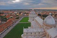 De Doopkapel van Pisa van St John en Kathedraal met het omringende gebied in Pisa Toscanië Italië Stock Afbeelding