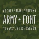 De doopvont van het legeralfabet Gekraste typeletters en getallen op camoachtergrond vector illustratie