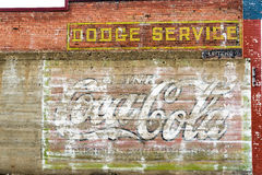 De doorstane Bakstenen muur in Rood brengt, Montana onder Stock Afbeeldingen