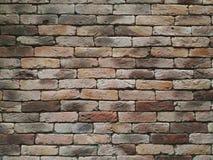 De doorstane textuur van bevlekte oude bruine en rode oranje bakstenen muurachtergrond, grungy roestige blokken van steen werkt Stock Foto