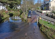 De doorwaadbare plaats op de rivier Sid in Sidmouth, Devon uit de voetgangersbrug over de rivier wordt genomen die stock foto's