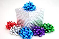 De doos en de bogen van de gift royalty-vrije stock afbeeldingen