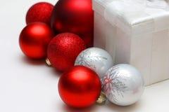 De Doos en de Bolornamenten van de Kerstmisgift Royalty-vrije Stock Foto
