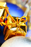 De doos en Kerstmisballen van de gift Stock Foto