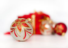 De doos en Kerstmisballen van de gift die op wit worden geïsoleerdr Stock Fotografie
