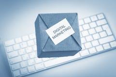 De doos op een toetsenbord, schildert aankoop of ordeproducten de van de consument van leveranciers of digitale opslag af royalty-vrije stock foto's