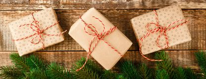 De doos van de ambachtgift en rood lint stock fotografie