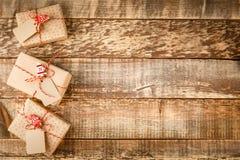 De doos van de ambachtgift en rood lint royalty-vrije stock foto