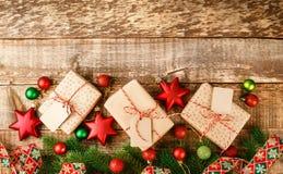 De doos van de ambachtgift met rode en witte kabel wordt gebonden die royalty-vrije stock fotografie