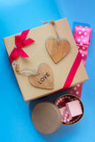 De doos van de ambachtgift met heartcard en de snoepjes Stock Afbeeldingen