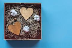De doos van de ambachtgift met heartcard en het katoen bloeit Royalty-vrije Stock Afbeeldingen