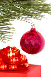 De doos van de gift en Kerstmisbal Royalty-vrije Stock Foto