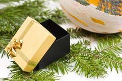 De doos van de gift en Kerstmisstuk speelgoed op de achtergrond van de pijnboomboom Stock Afbeeldingen