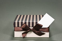 De doos van de gift met een adreskaartje Stock Afbeeldingen