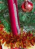 De doos van de gift met een halsband op een boom van het Nieuwjaar Stock Foto
