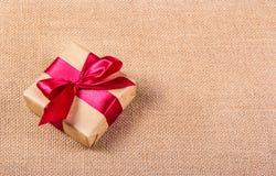 De doos van de gift met een rood lint Feestelijk concept Achtergronden en texturen Royalty-vrije Stock Foto's