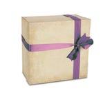 De doos van de gift met lint dat op wit wordt geïsoleerdt Stock Foto's