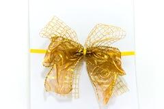 De doos van de gift met lint en boog op wit Royalty-vrije Stock Afbeeldingen