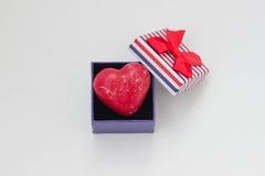 De doos van de gift met rood hart Stock Afbeelding